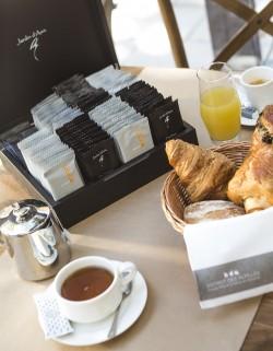 Un petit déjeuner en terrasse ensoleillée