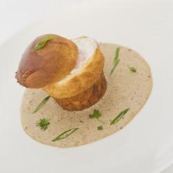 Oeuf mollet cuit à basse température, brioche et crème de cèpes