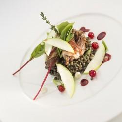 Salade de lentilles au canard confit, petits légumes croquants et pomme fruit