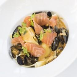 Concigglionni aux moules safranées et lamelles de saumon fumé par nos soins