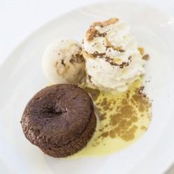 Fondant au chocolat, crème anglaise pistache, glace aux noix de pécan